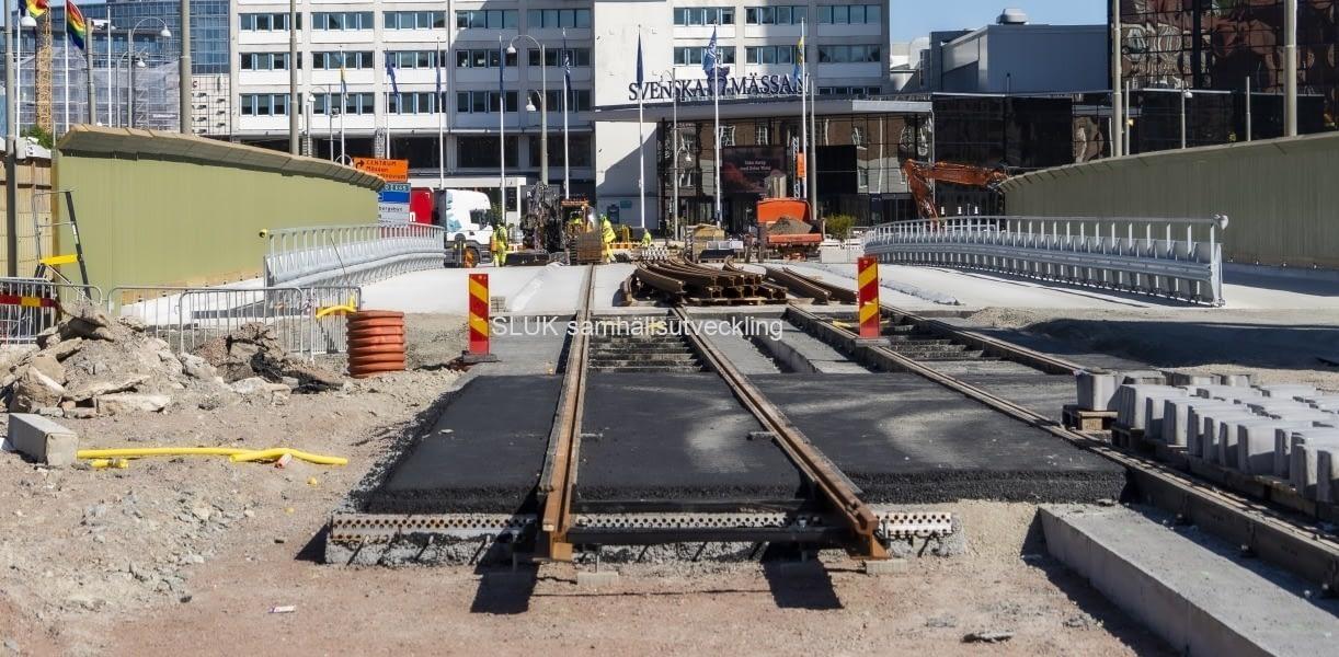 På Korsvägen byggs en tillfällig bro för all trafik,  spår för spårvagnar och gång- och cykelväg som kommer att fungera till 2024. När trafikomläggningen är genomförd, kommer biltrafiken söder om Korsvägen gå över arbetsschaktet strax norr om Universeum. Denna del av arbetet är etapp 1 för att bygga Västlänken Korsvägen.