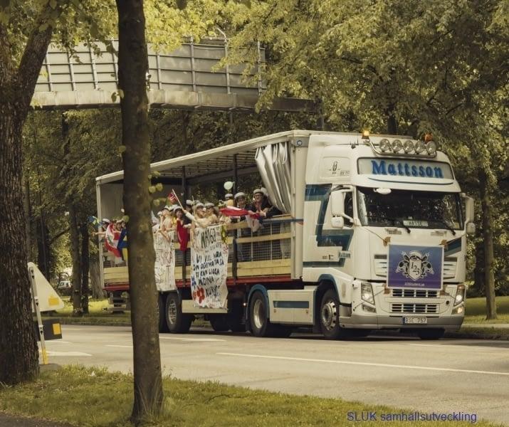 Studenter på lastbilsflak, hurra!