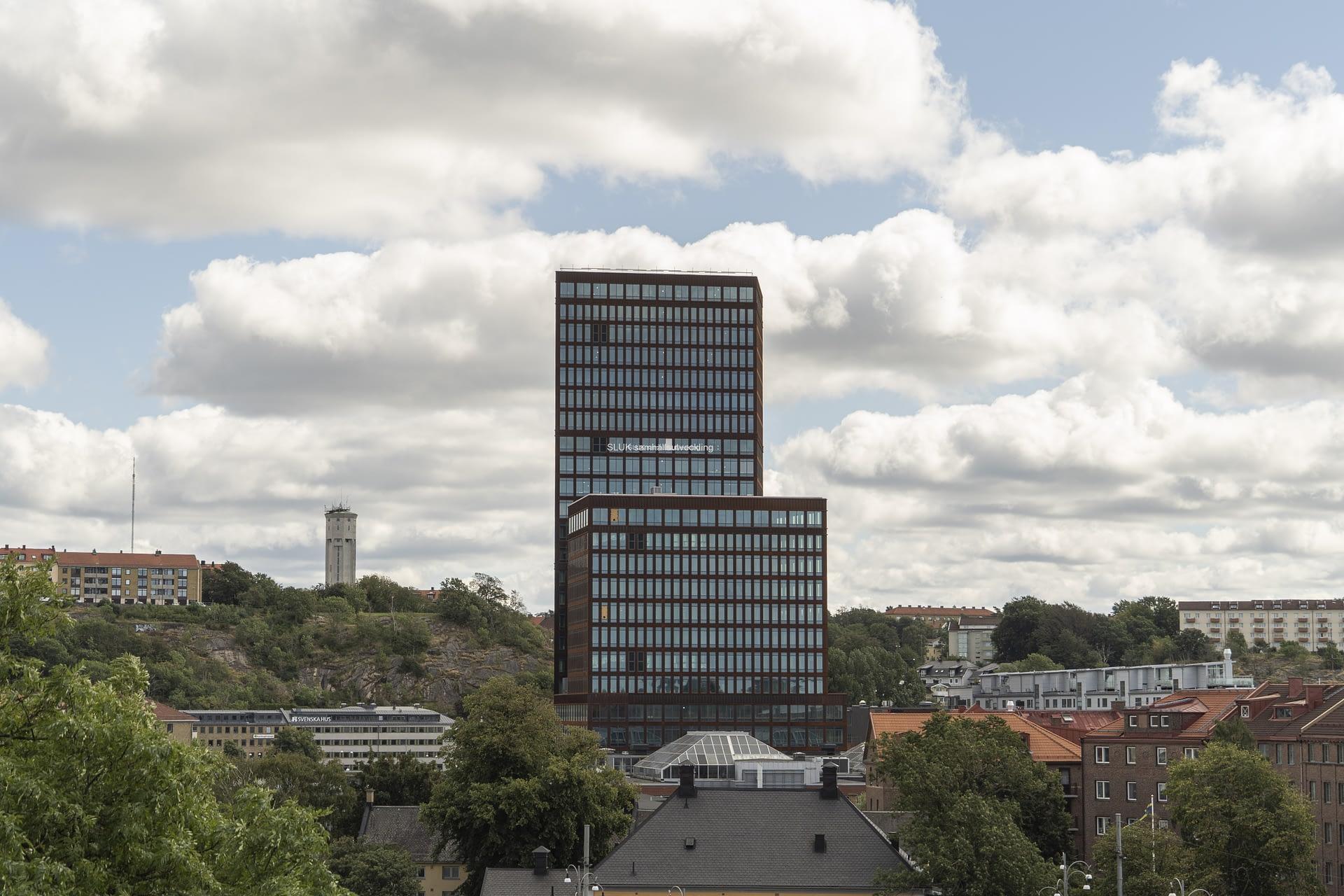 Från Skansen lejonet ser man mot Lundens vattentorn. Ett nytt kontorshus har byggts i Gårda.
