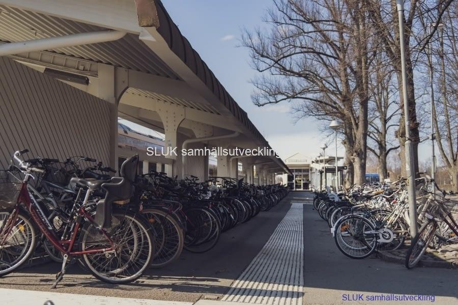 Alingsås är en cykelstad och många pendlare cyklar till det väntande tåget.