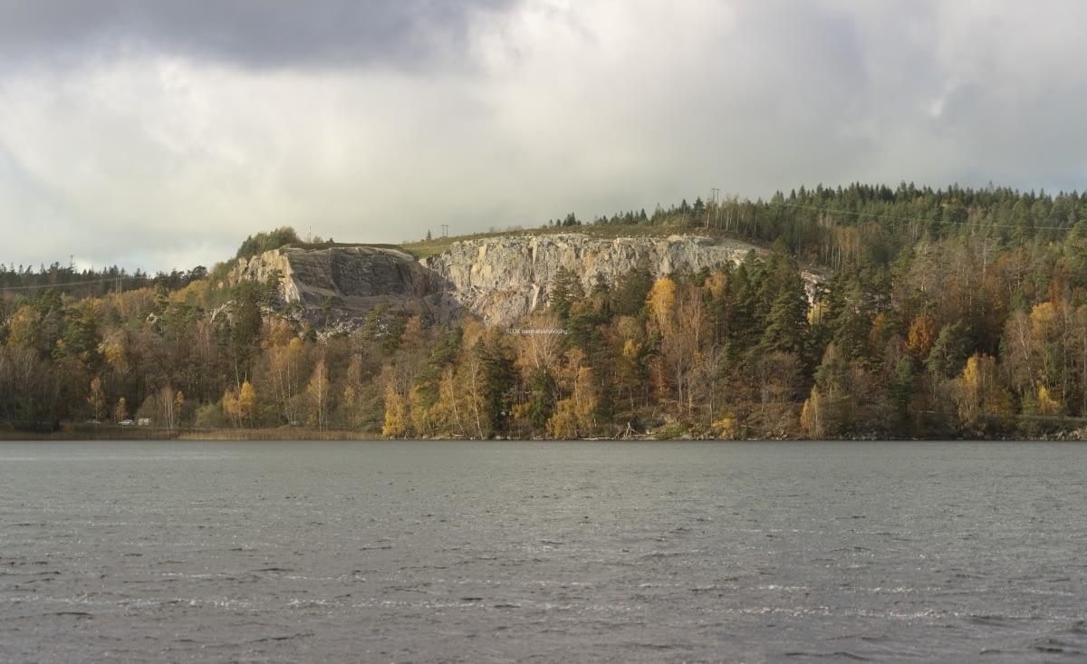 Från Långenäs, kan man se stenbrottet i Mölnlycke på andra sidan Landvettersjön. Kan det vara nedanför stenbrottet som trästaden Wendelsstrand byggs?