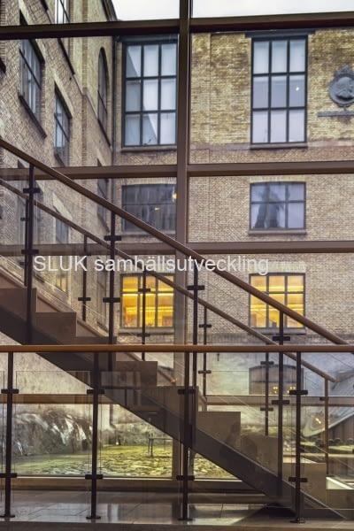 Det här är trappan och innergården på Stadsmuseet. En projekttävling har gjorts och fem utvalda förslag har varit utställda under 15-29 januari 2020 på museet . Nu i februari kommer en jury att besluta vilket alternativ  om vinner.