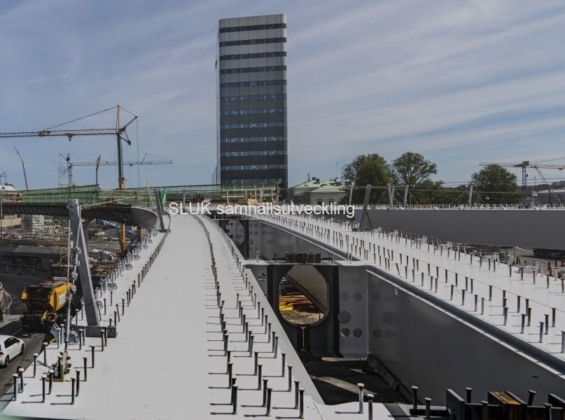 En närbild på bultar och konstruktion på den blivande bron och Regionens hus är i bakgrunden.