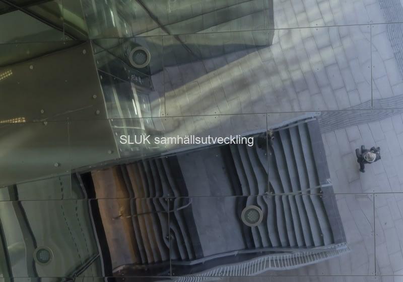 Åtespegling av trappa i Gamlestadens torg