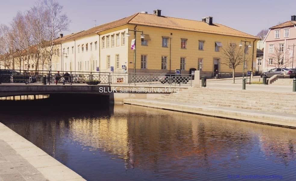Lillån mellan torgen. Den rosa byggnaden har varit Jonas Alströmers bostad, men är numera kommunledningskontoret