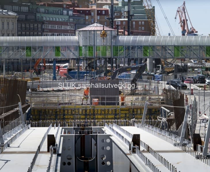 Här ser man att gångbron ska rivas på grund av arbetena med Västlänken.