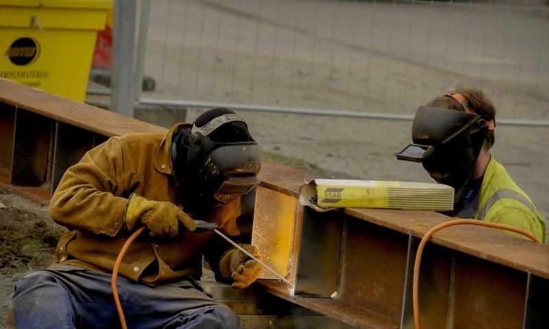 Svetsning pågår av balkar till bron år 2017